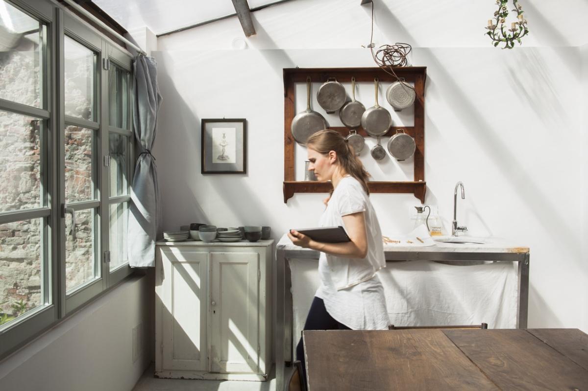 Rada Markovic, diseño de iluminación para Massimo Vitali casa 14 Cocina de estudio trabajando (antigua sacristía) ph. Marco Campanini