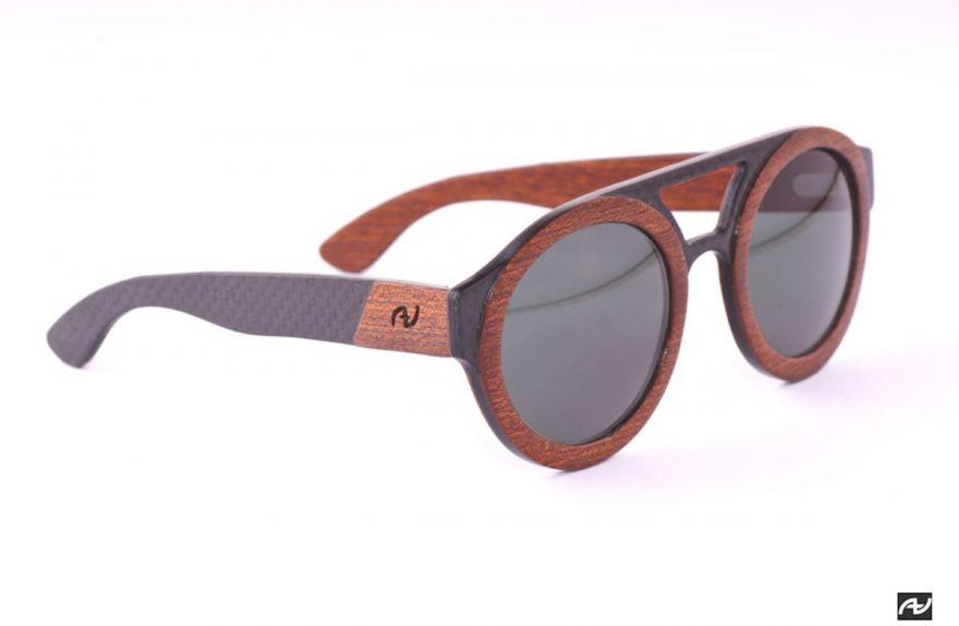 Máxima Annibali, madeira e óculos de carbono
