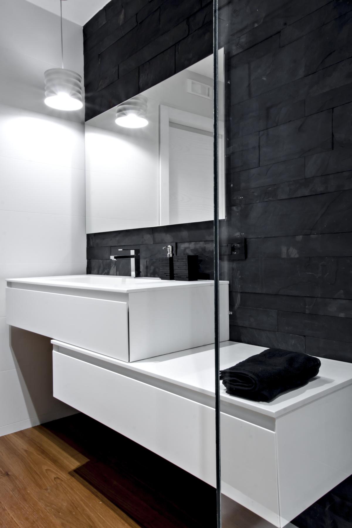 Badezimmer Wand mit schwarzem Schiefer und Wesen Möbel und Stein. Parkett burmesischen Teak.