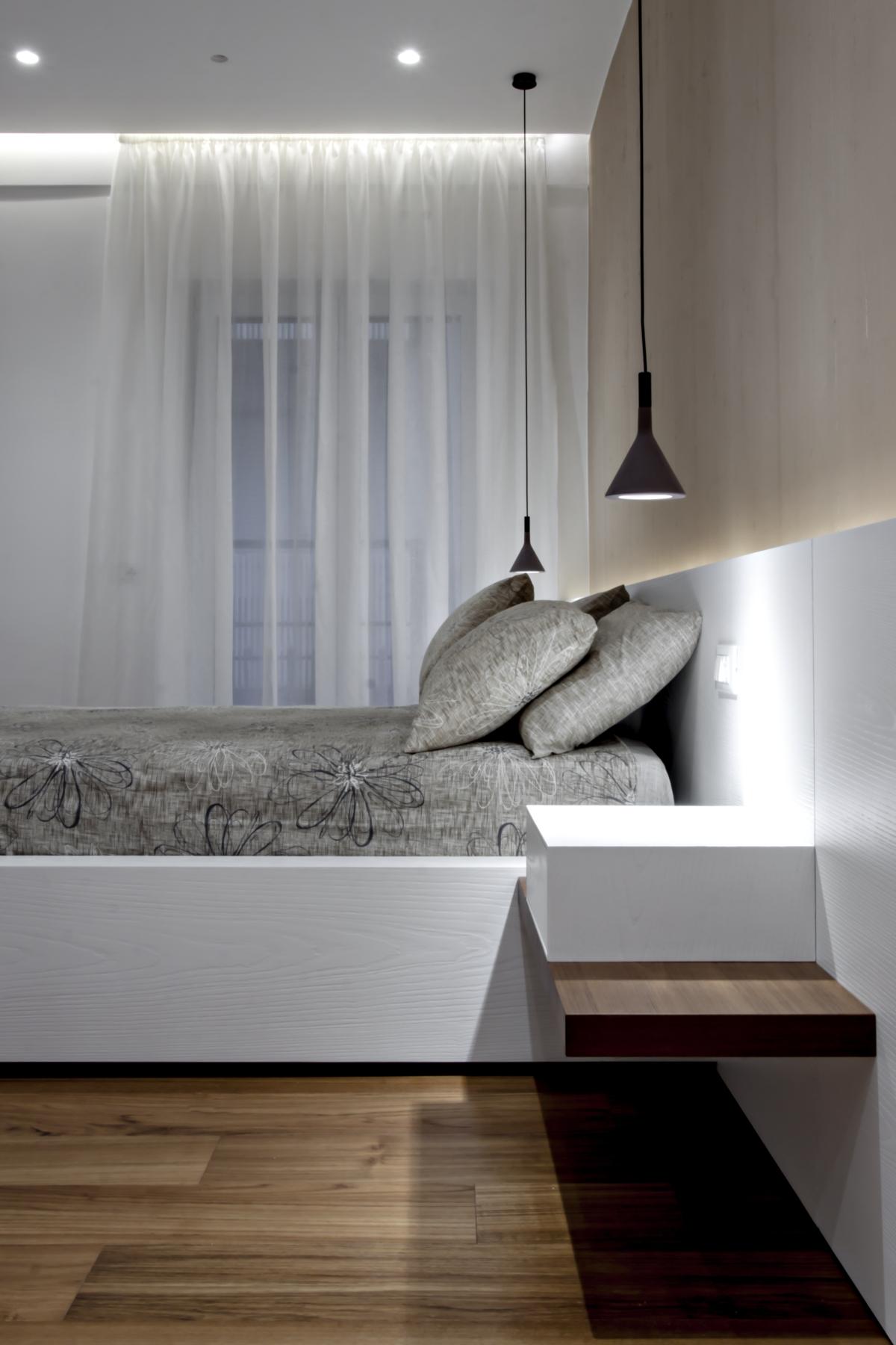 Im Schlafbereich, jedes Element, von der Hintergrundbeleuchtung Verkleidung, die auf die Bettstruktur bis zu den Schränken als Kopfteil dient, wurde speziell entworfen von Michelangelo Olivieri und aus gebürstetem und lackiertem Eiche offenporig.