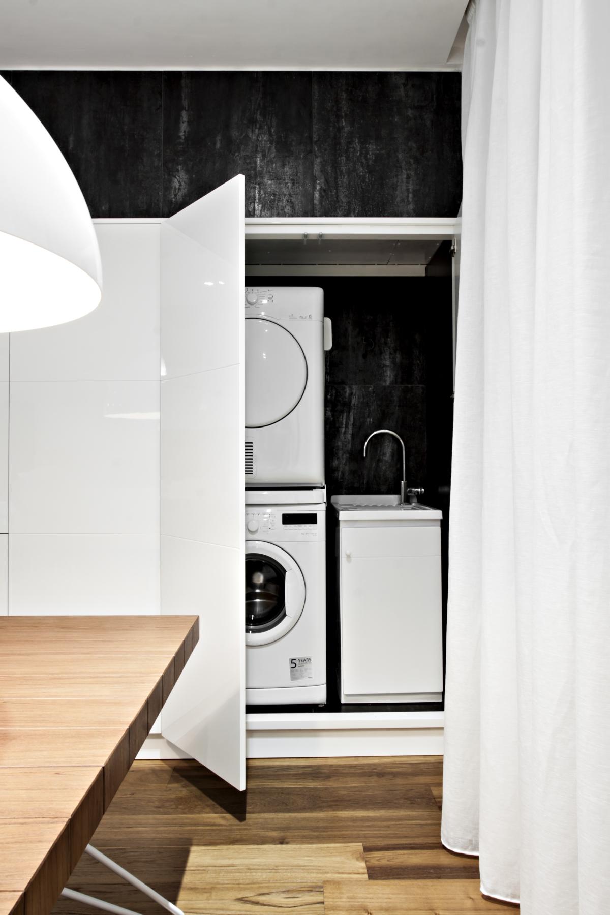 Die Behälter in glänzend lackierten MDF integrieren alle Strukturelemente, wie Haushaltsgeräte und Geschirr.