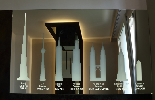 sandgestrahlt und hinterleuchtet Spiegel die höchsten Wolkenkratzer der Welt darstellt,